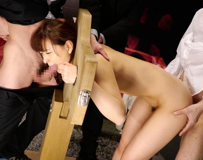 【調教】ギロチン拘束された女が好き放題される光景。。・18枚目