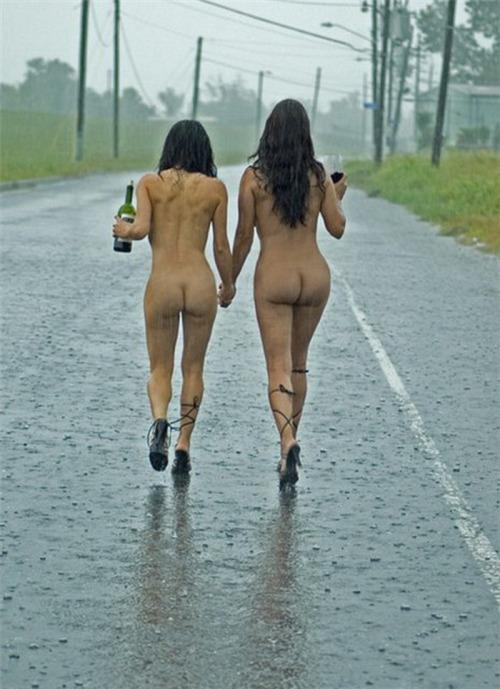 【露出狂】雨が降ると出没する全裸の女性たち。なんでや??・18枚目