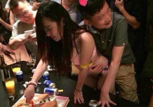 【エロ画像】中国の富裕層の性接待をさせられる女さん。。何でもアリ…・2枚目