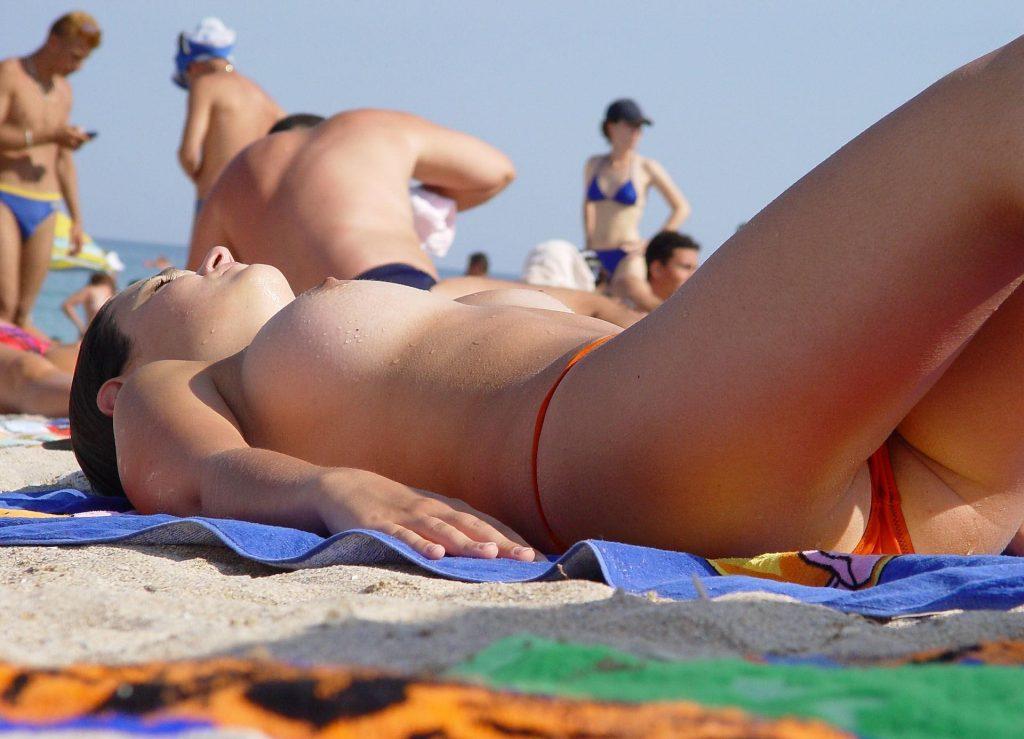 """""""神乳""""が現れたヌーディストビーチがこちらです。ぐうシコwwwww(エロ画像)・22枚目"""
