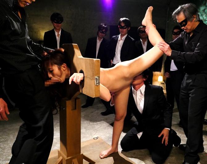 【調教】ギロチン拘束された女が好き放題される光景。。・22枚目