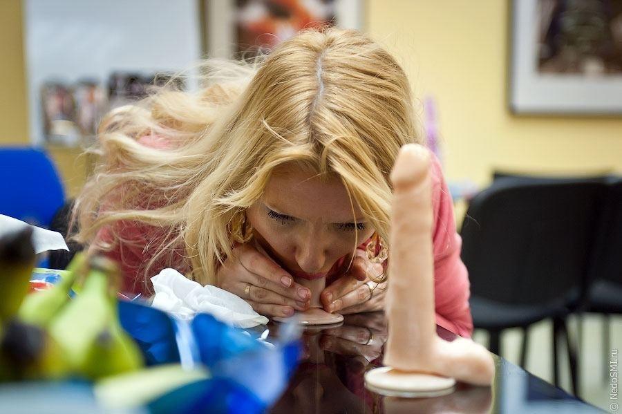 【エロ画像】ロシアの「フェラチオ教室」これ授業料なんぼやねんwwwww・2枚目