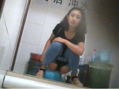 【エロ画像】中国の女子トイレ事情。まるまる見えwwwwwwww・25枚目