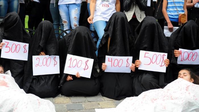 拉致された女性たちの末路…競り落とされたらもっと地獄が待ってる(画像あり)・29枚目