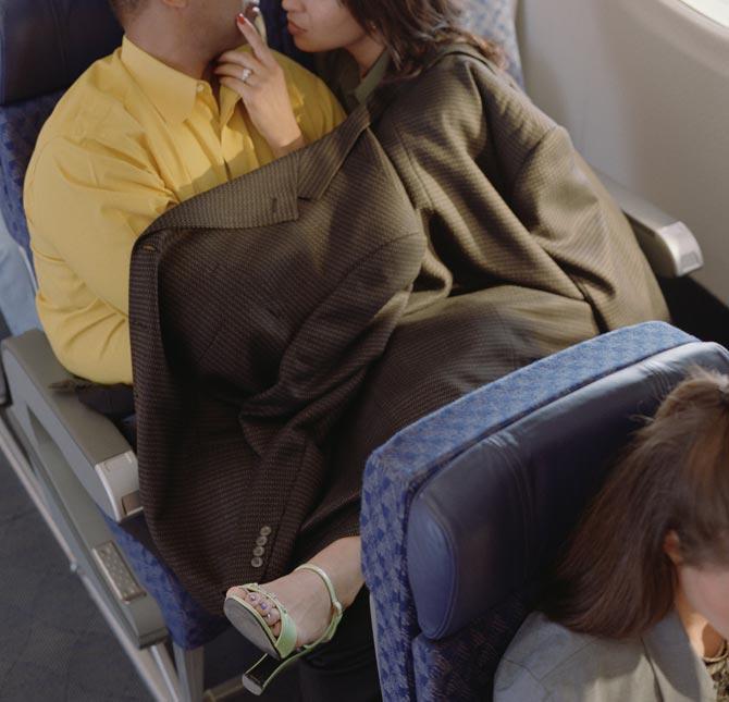 【エロ画像】フライト中の飛行機でガチSEXしてるアホが撮影されたwwww・3枚目
