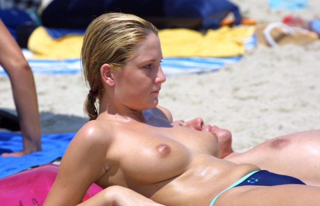 """""""神乳""""が現れたヌーディストビーチがこちらです。ぐうシコwwwww(エロ画像)・34枚目"""