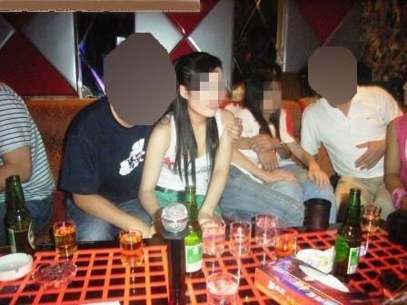 【エロ画像】中国の富裕層の性接待をさせられる女さん。。何でもアリ…・4枚目