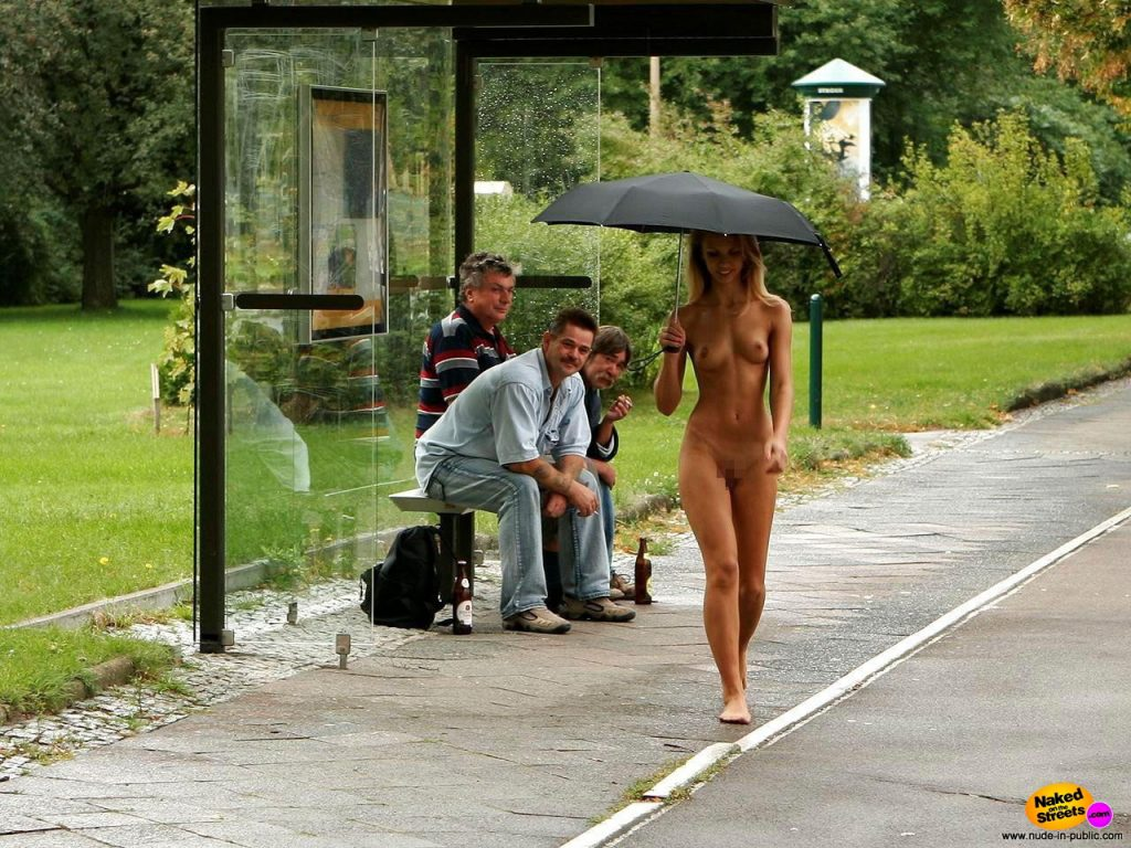 【露出狂】雨が降ると出没する全裸の女性たち。なんでや??・3枚目