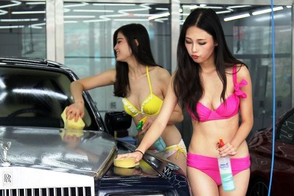 【エロ画像】身体で車を洗う「女体洗車」とかいうサービス。。・17枚目