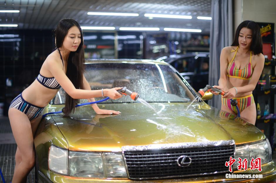 【エロ画像】身体で車を洗う「女体洗車」とかいうサービス。。・22枚目