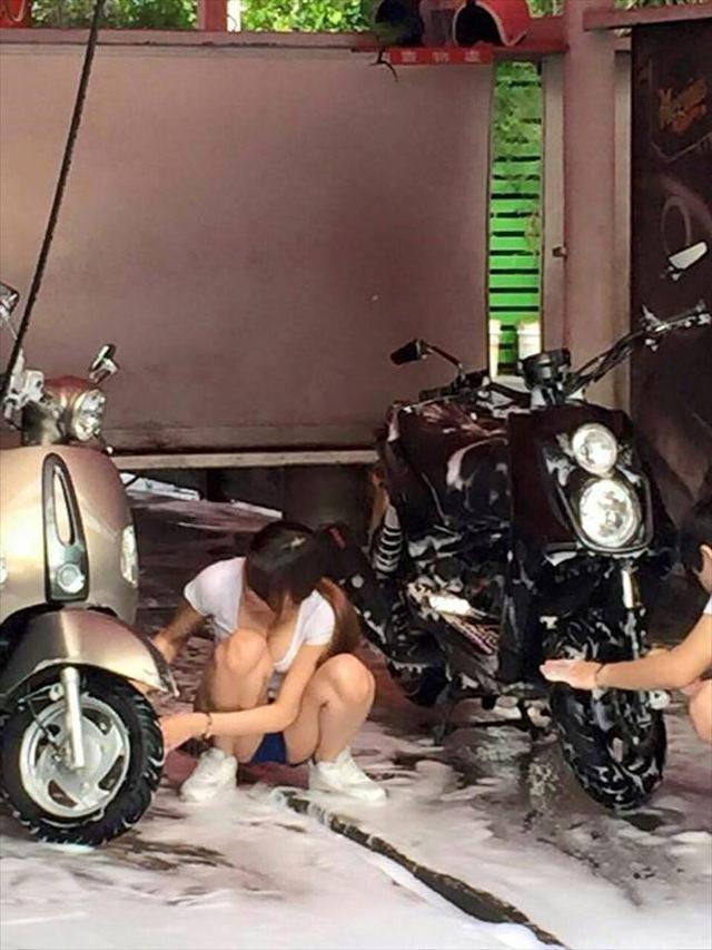 【エロ画像】身体で車を洗う「女体洗車」とかいうサービス。。・25枚目