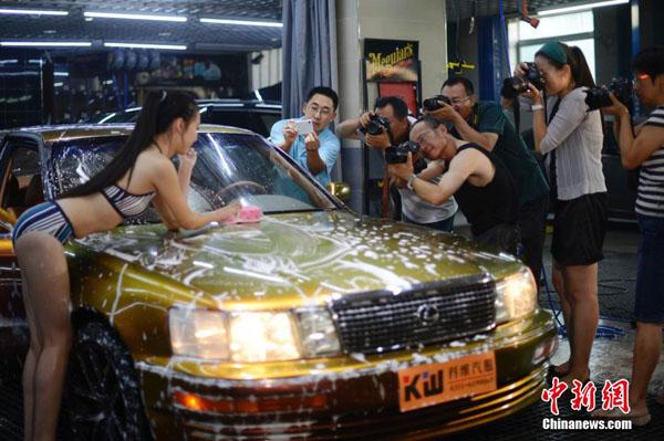 【エロ画像】身体で車を洗う「女体洗車」とかいうサービス。。・28枚目