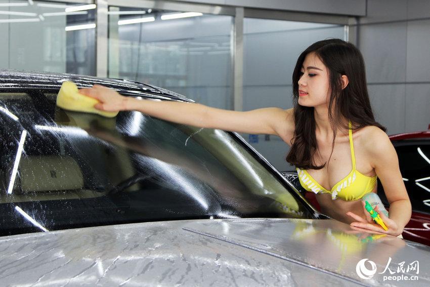 【エロ画像】身体で車を洗う「女体洗車」とかいうサービス。。・4枚目