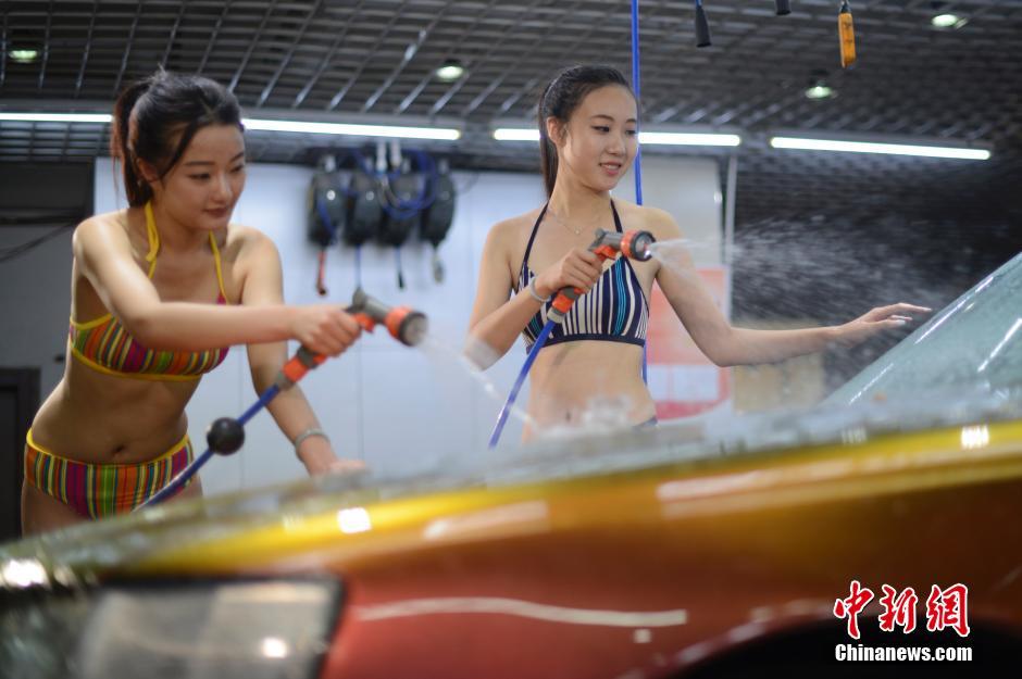 【エロ画像】身体で車を洗う「女体洗車」とかいうサービス。。・5枚目