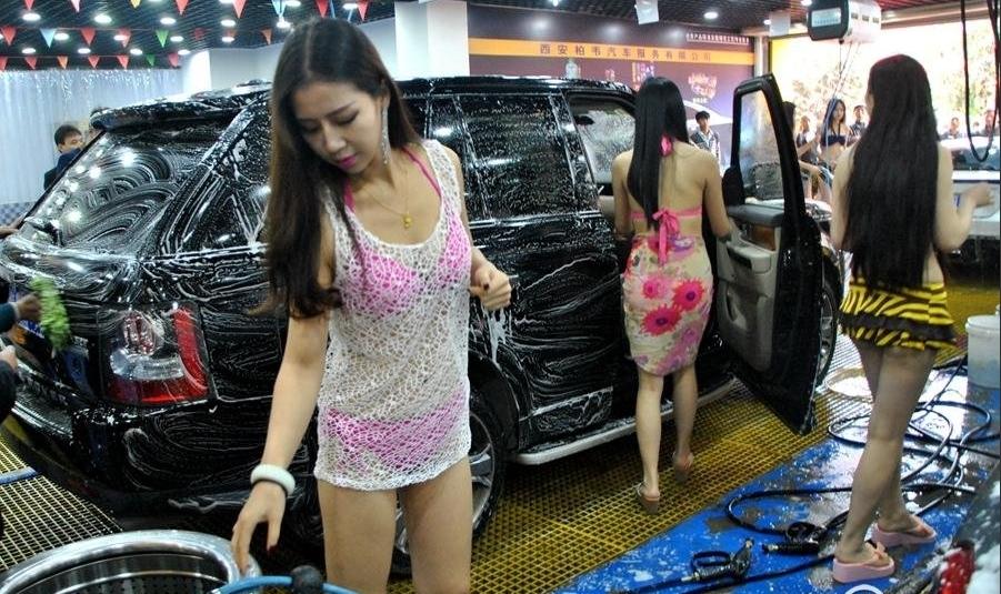 【エロ画像】身体で車を洗う「女体洗車」とかいうサービス。。・8枚目