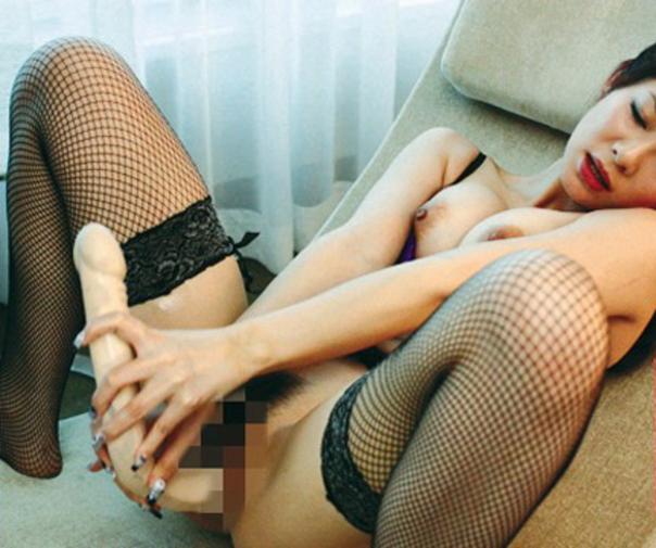 【エロ画像】ドン引きするディルドを持ってた女。このデカさはないわぁwwww・9枚目