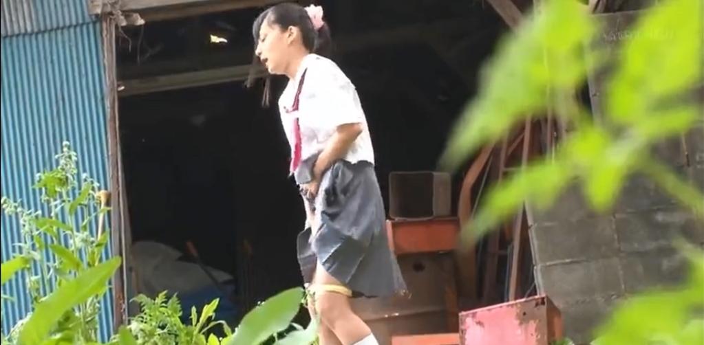 制服女子さん、思春期で野外オナニーをして撮影されてしまう・・・(エロ画像)・26枚目