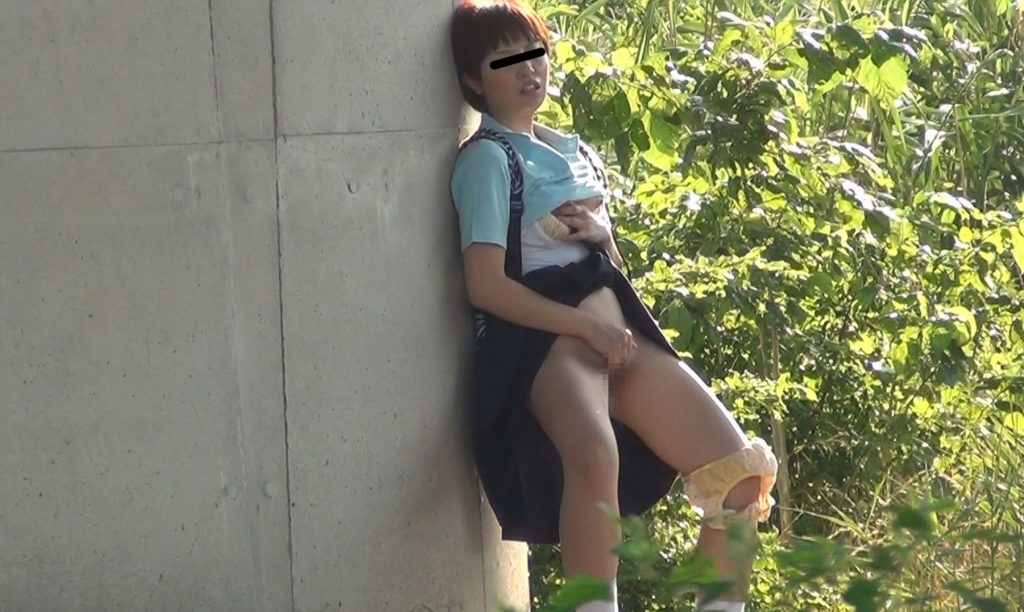 制服女子さん、思春期で野外オナニーをして撮影されてしまう・・・(エロ画像)・8枚目