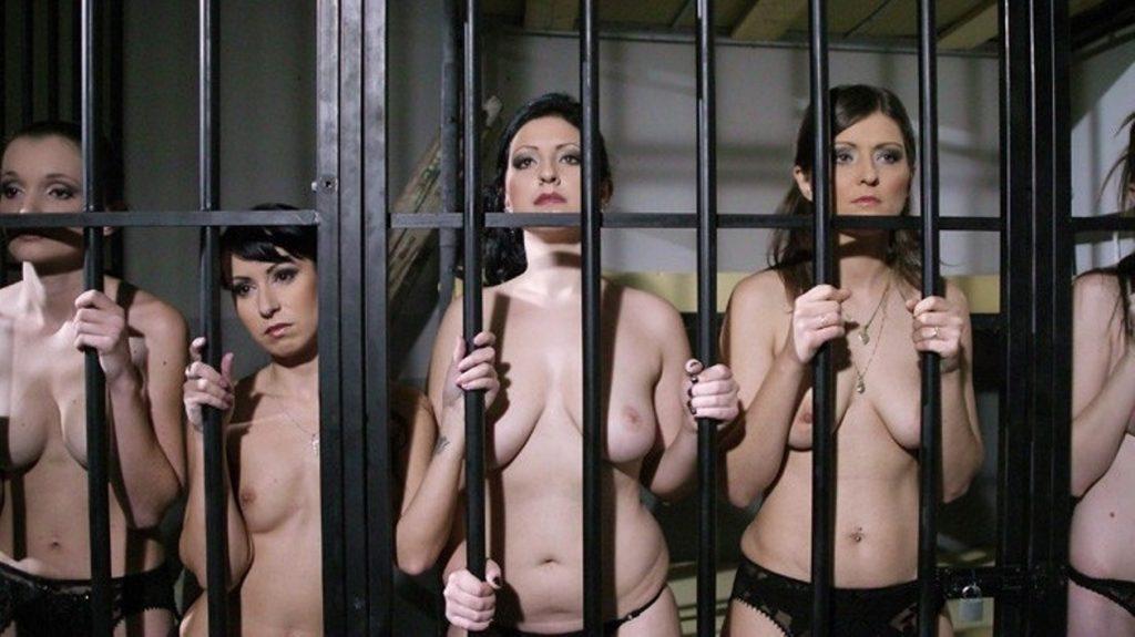 【エロ画像】何をヤラかしたらこうなるんですか??ゲージ内の女たち・・・・14枚目