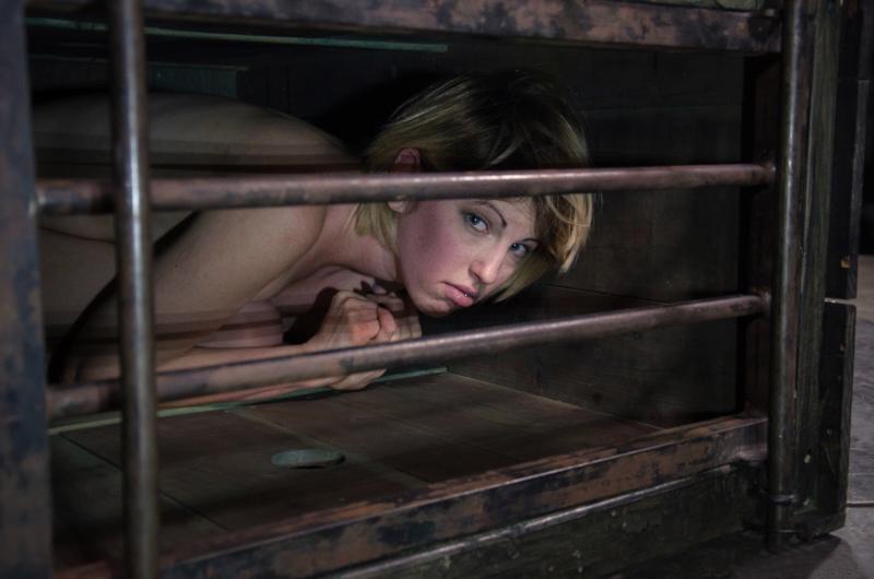 【エロ画像】何をヤラかしたらこうなるんですか??ゲージ内の女たち・・・・26枚目