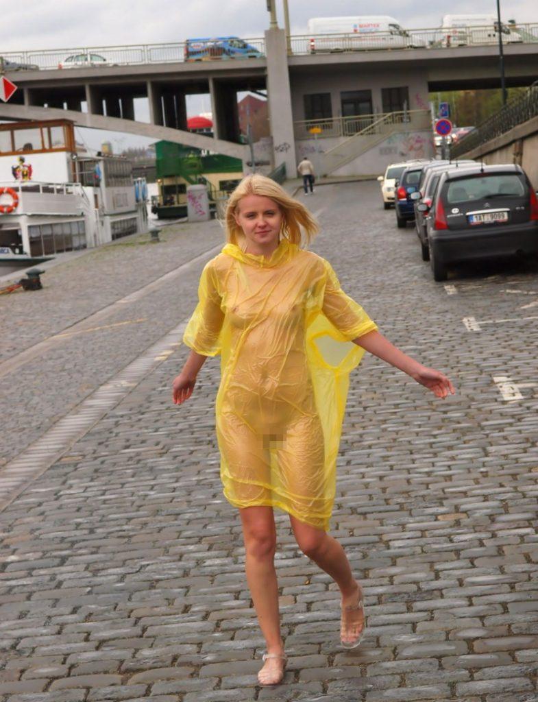 【露出狂】雨が降ると出没する全裸の女性たち。なんでや??・5枚目