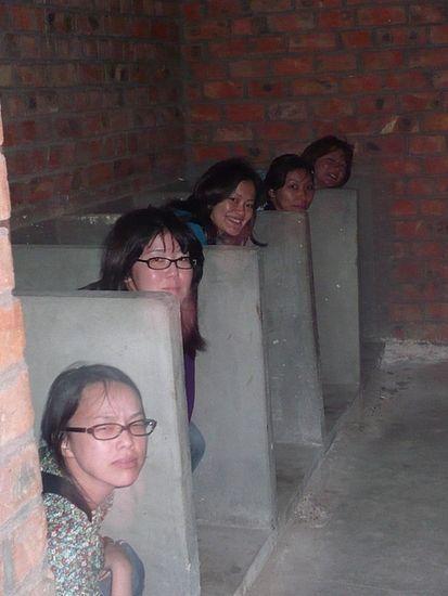 【エロ画像】中国の女子トイレ事情。まるまる見えwwwwwwww・7枚目