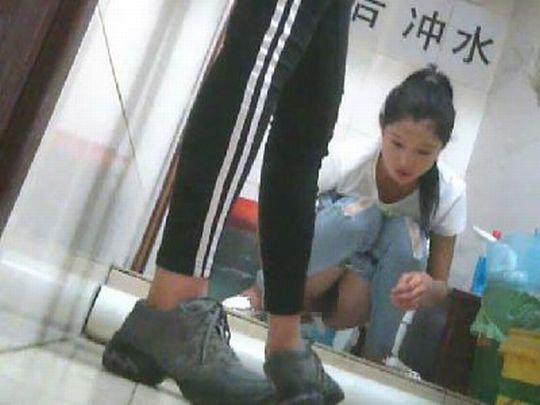 【エロ画像】中国の女子トイレ事情。まるまる見えwwwwwwww・8枚目