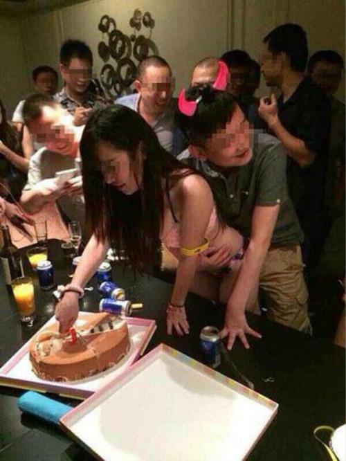 【エロ画像】中国の富裕層の性接待をさせられる女さん。。何でもアリ…・8枚目