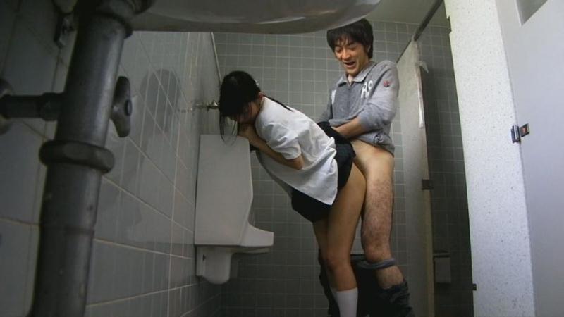 【エロ画像】公衆トイレでレイプされてる女さん、盗撮までされてしまう・・・・2枚目