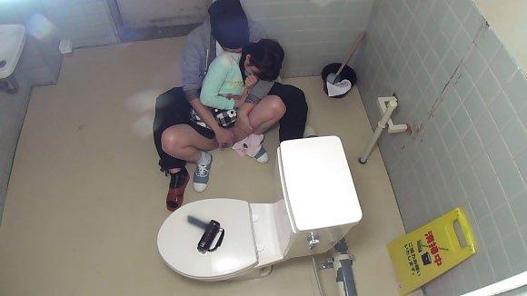 【エロ画像】公衆トイレでレイプされてる女さん、盗撮までされてしまう・・・・25枚目
