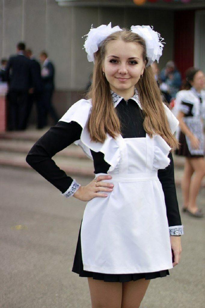 ロシアの卒業式で女の子たちが着る衣装がミニスカメイドはヤバすぎやろぉーwwwww(エロ画像)・1枚目