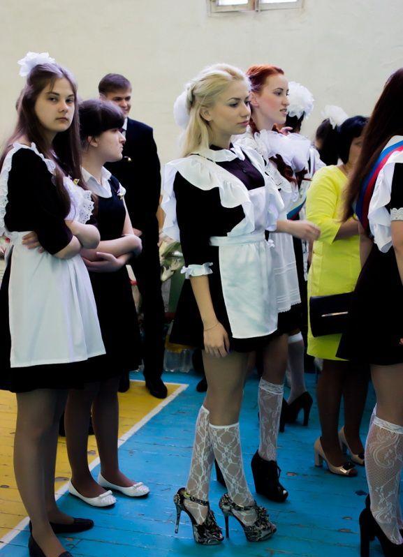 ロシアの卒業式で女の子たちが着る衣装がミニスカメイドはヤバすぎやろぉーwwwww(エロ画像)・15枚目