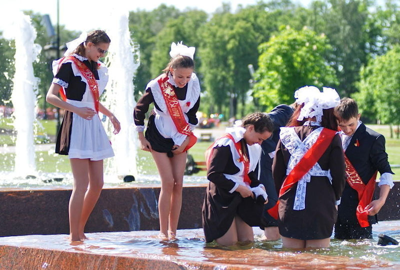 ロシアの卒業式で女の子たちが着る衣装がミニスカメイドはヤバすぎやろぉーwwwww(エロ画像)・26枚目