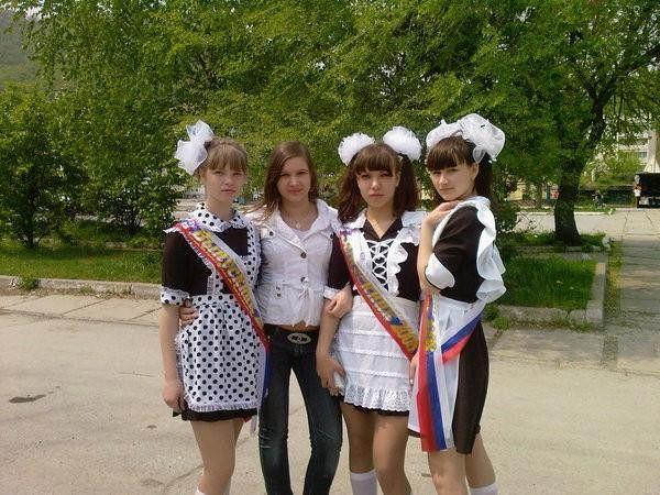 ロシアの卒業式で女の子たちが着る衣装がミニスカメイドはヤバすぎやろぉーwwwww(エロ画像)・29枚目
