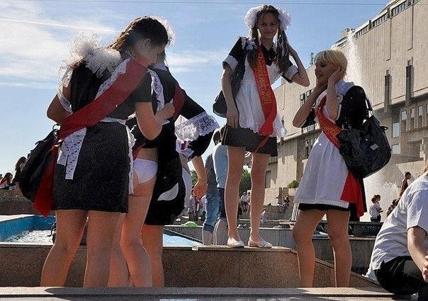 ロシアの卒業式で女の子たちが着る衣装がミニスカメイドはヤバすぎやろぉーwwwww(エロ画像)・4枚目