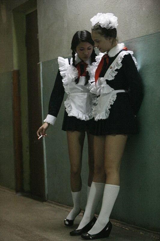 ロシアの卒業式で女の子たちが着る衣装がミニスカメイドはヤバすぎやろぉーwwwww(エロ画像)・33枚目