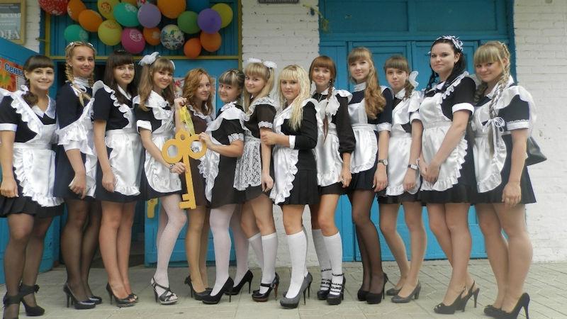 ロシアの卒業式で女の子たちが着る衣装がミニスカメイドはヤバすぎやろぉーwwwww(エロ画像)・5枚目