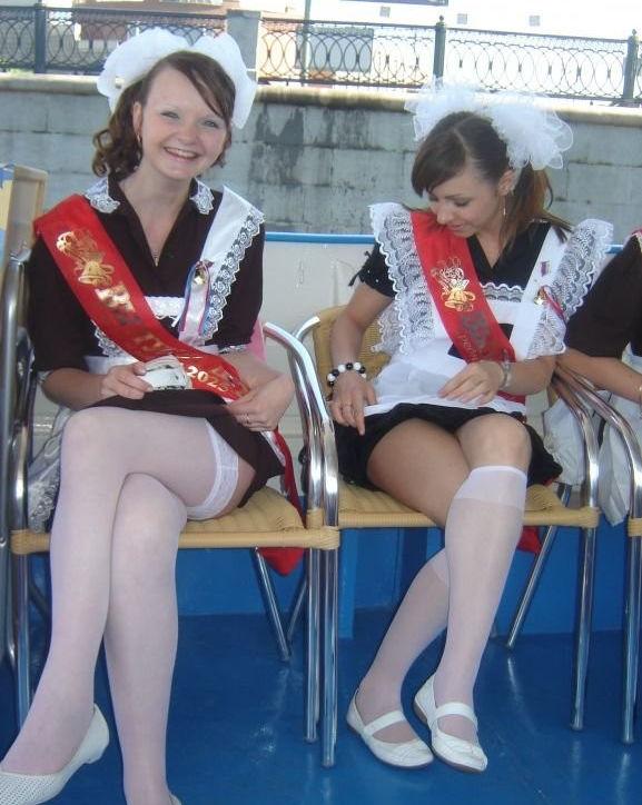 ロシアの卒業式で女の子たちが着る衣装がミニスカメイドはヤバすぎやろぉーwwwww(エロ画像)・9枚目