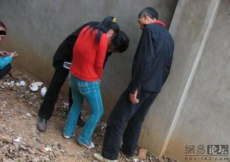 【エロ画像】中国の公園で平然と行われている売春の実態・・・・・11枚目