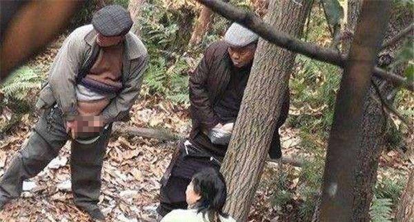 【エロ画像】中国の公園で平然と行われている売春の実態・・・・・8枚目