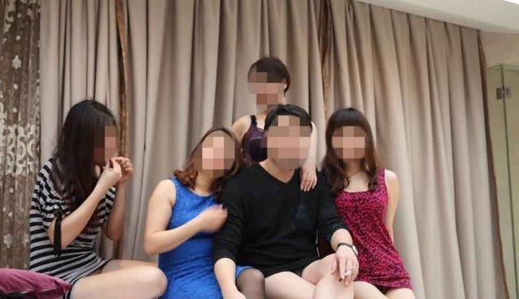 【中国エロ】大富豪の勝ち組男たちが女を爆買いしたらこうなる・・・・・18枚目