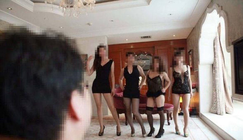 【中国エロ】大富豪の勝ち組男たちが女を爆買いしたらこうなる・・・・・23枚目