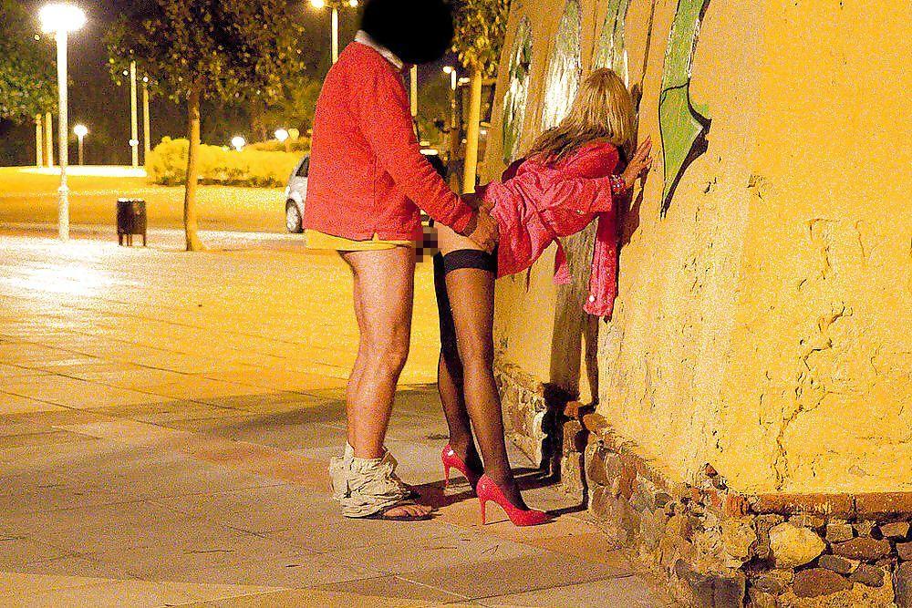 路上売春婦のまんさん、お構いなく野外セックスして撮影されるwwwwww・1枚目