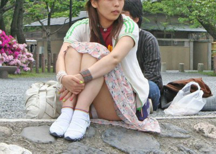 体操座りしてる街中の素人女子、、これはベストショットですwwwww・1枚目