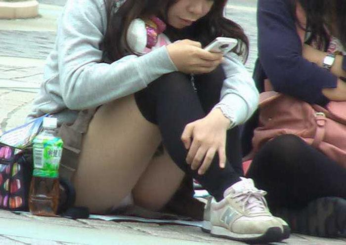 体操座りしてる街中の素人女子、、これはベストショットですwwwww・5枚目