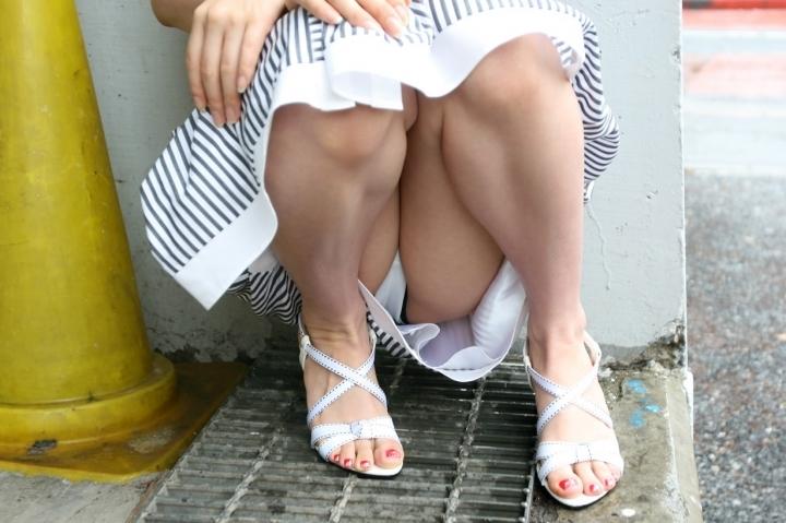 体操座りしてる街中の素人女子、、これはベストショットですwwwww・7枚目