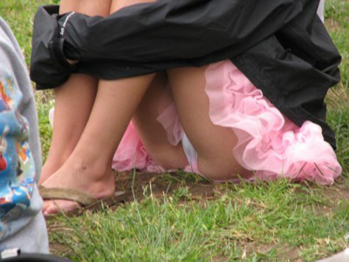 体操座りしてる街中の素人女子、、これはベストショットですwwwww・11枚目