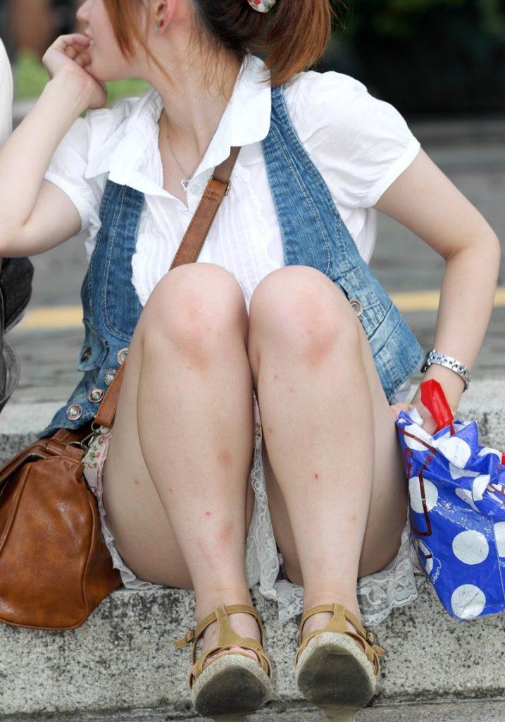 体操座りしてる街中の素人女子、、これはベストショットですwwwww・16枚目