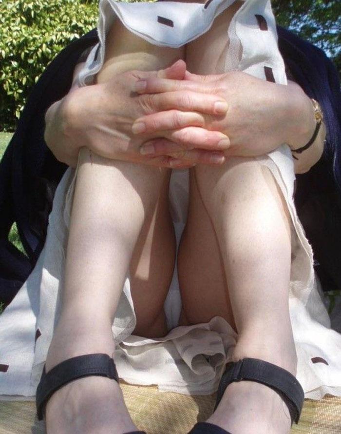 体操座りしてる街中の素人女子、、これはベストショットですwwwww・18枚目