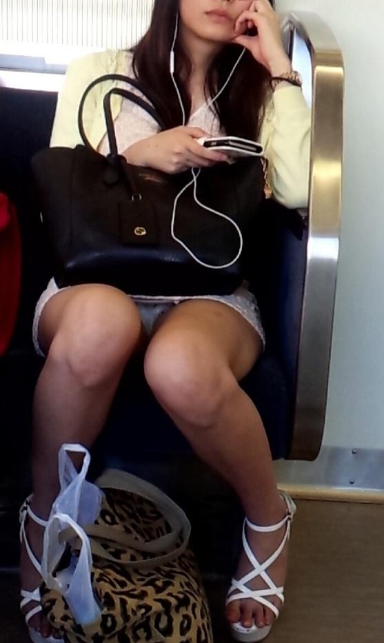 """【電車内パンチラ】スパイカメラアプリが大活躍な""""電車内ミニスカ盗撮""""のエロ画像・24枚目"""